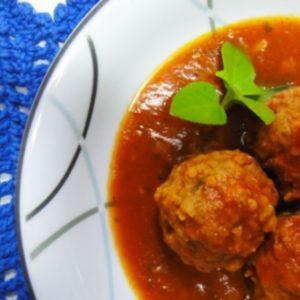 Almôndegas de carne ao sugo acompanha arroz integral e farofa rica
