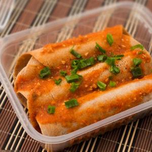 Panqueca de carne ao sugo, arroz integral e folhas refogadas
